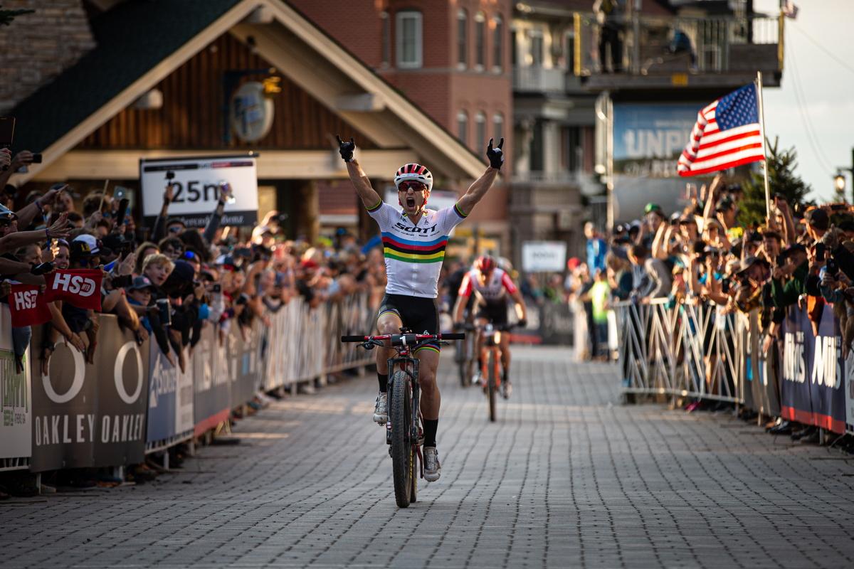 Nino Schurter vítězí a vyhrává Světový pohár MTB