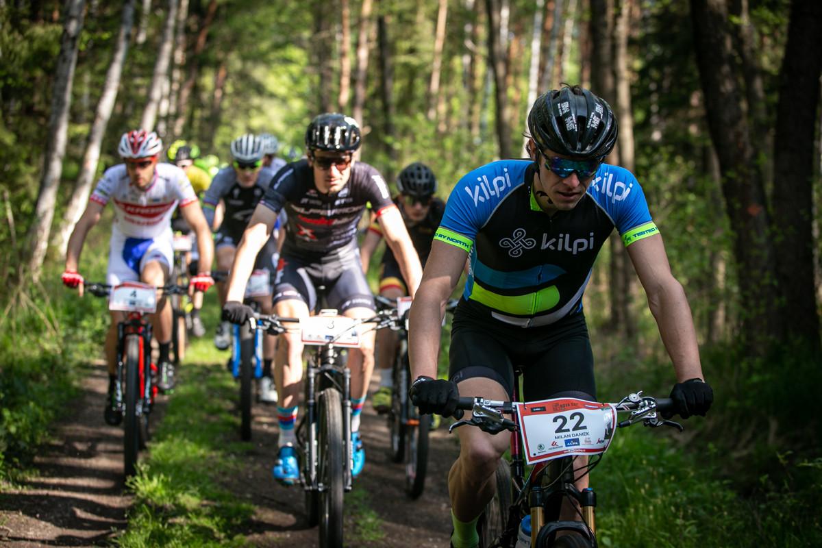 Milan Damek po letmém startu vedl skupinu bikerů