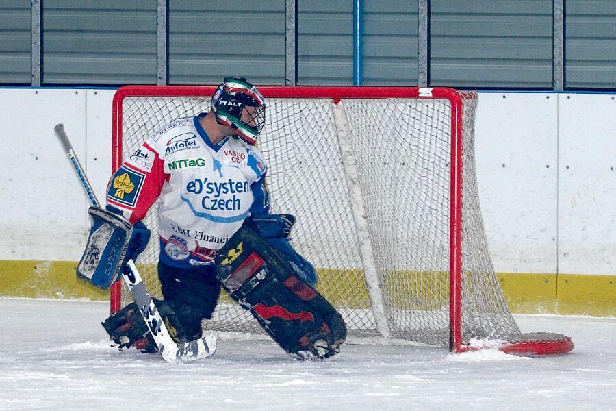 Brankář Sparty se jen smutně diví, kde že ten puk vlastně je - Cyklistický superpohár 2006 v hokeji, Mor. Třebová