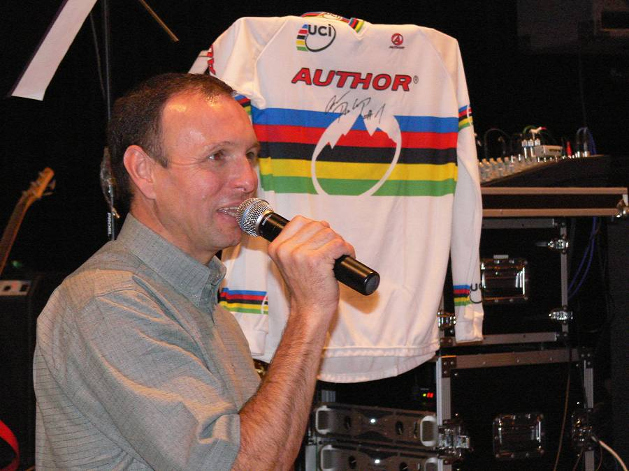 Do kola bez kola, 25.11.2006 Vimperk - Vojtěch Huřík se ukázal jako obratný licitátor, v dražbě Prokopova mistrovského dresu vyhnal cenu na 20.000 Kč