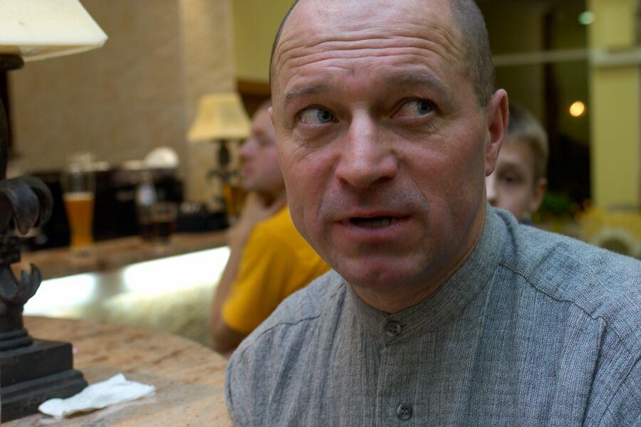 Pavel Rybařík měl mnoho rolí, vítal hosty, roznášel jídlo a pití a pak i uklízel - Vyhlášení Galaxy Anlen MTB série  a Jihočeské amatérské ligy v Písku, 2006