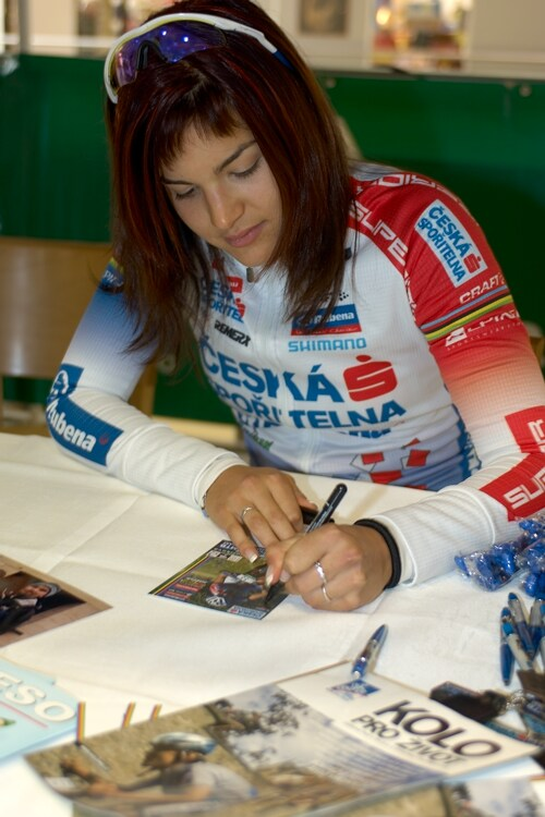 Tereza Hu��kov� p�i autogrami�d� v Liberci