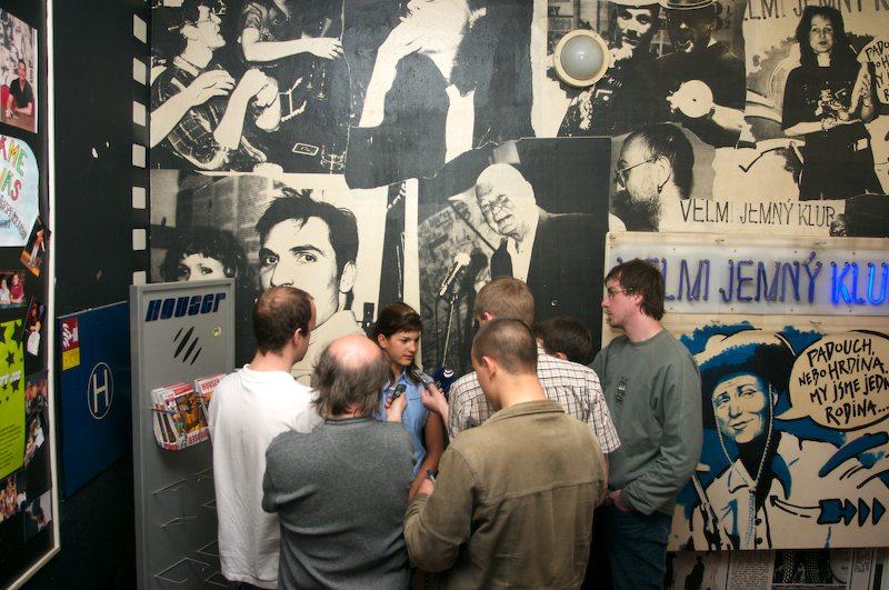 Tisková konference České spořitelny Kolo pro život a MTB Team, 18.4. 2007, Praha - Limonádový Joe - novináři se na Terezu vrhli jako supi
