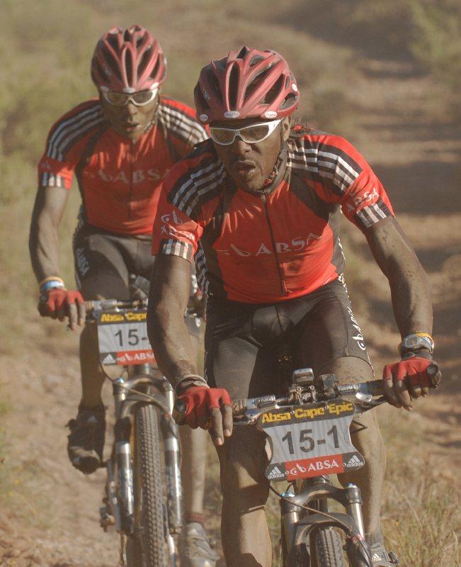 Cape Epic 2007 - 4. etapa, Ke�an� Kinjah a Kamau reprezentuj�c� hlavn�ho sponzora ABSA, foto: Frank Bodenm�ller/MTBSector.com
