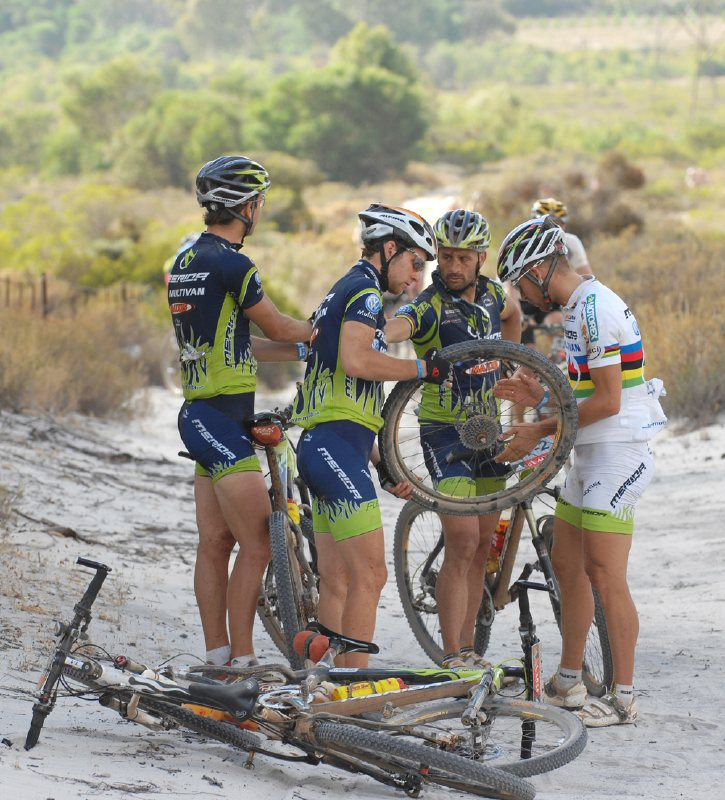 Cape Epic 2007 - 6. etapa, tým Multivan Merida spolupracuje na defektu, foto: Frank Bodenmüller/MTBSector.com
