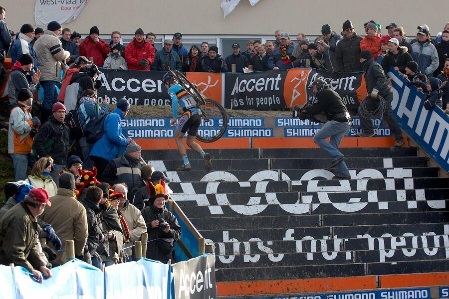 Albert Niels pronásledovaný kamerou - Mistrovství světa v cyklokrosu 2007, Hooglede, BEL - kat. pod 23 let