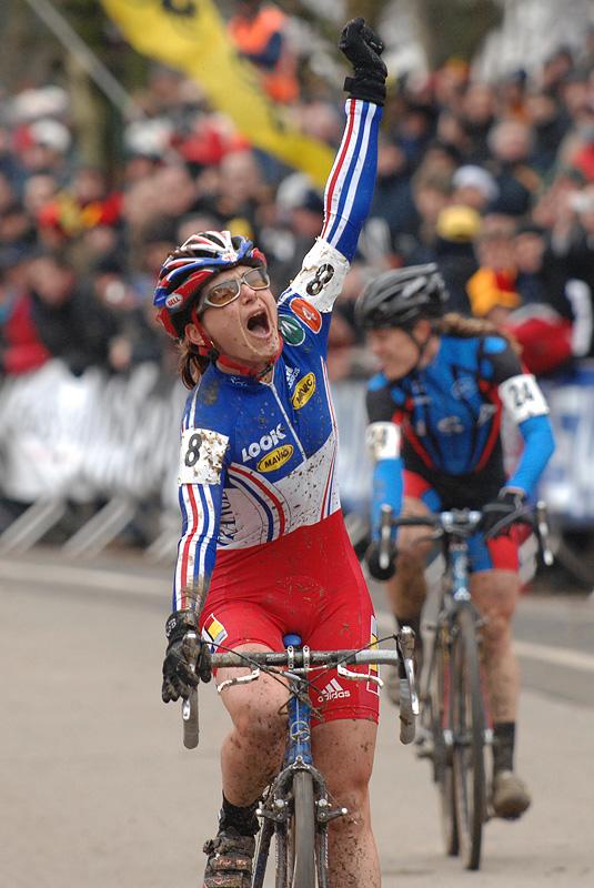 Mistryně světa Maryline Salvetat - MS cyklokros 2007, Hooglede-Gits (BEL) - Photo: Frank Bodenmüller, www.mtbsector.com