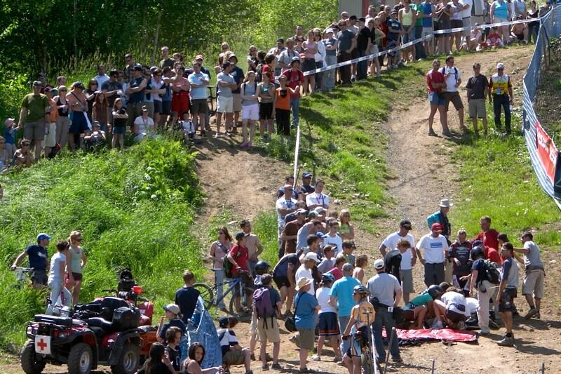 Nissan UCI MTB World Cup DH+4X #3, Mont St. Anne 24.6.'07 - ošetřování Novozélanďanky Hagen