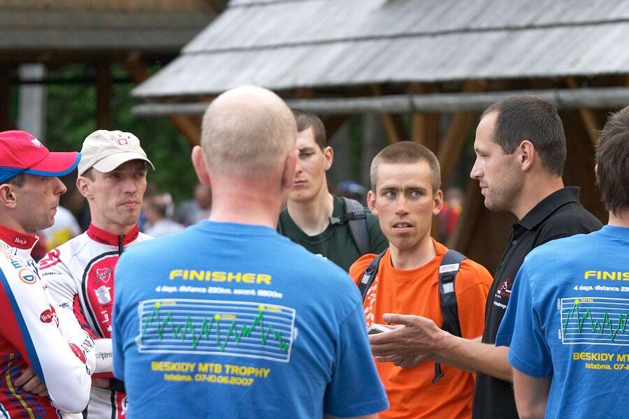 Beskidy MTB Trophy 2007 - 3. etapa 10.6. - čeští bikeři diskutujíí o včerejších problémech na trati