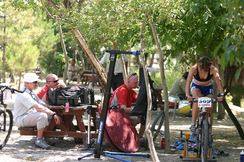 ME XC Cappadocia - Turecko 2007 - Jitka Škarniztlová ve stinném zázemí týmu