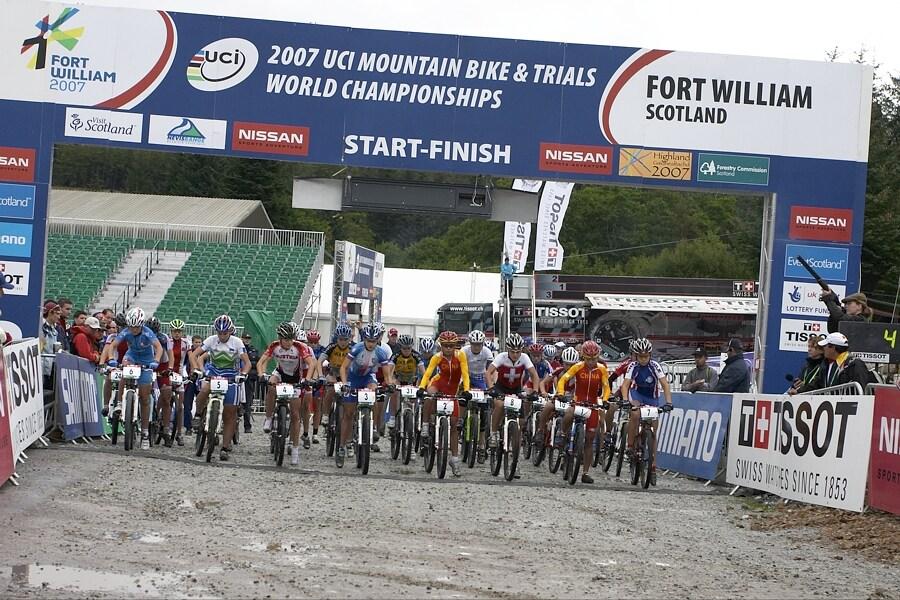 MS MTB - Fort William 5.9. 2007 - start žen U23, Tereza Huříková stále v první lajně