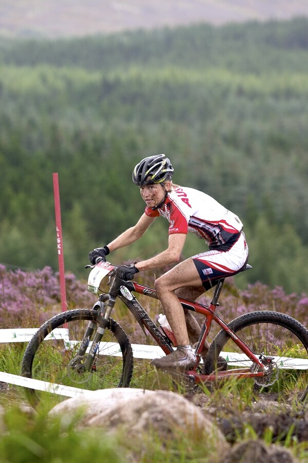MS MTB - Fort William 5.9. 2007 - Elisabet Osl marn� p�tr� pohledem po ���ank�ch