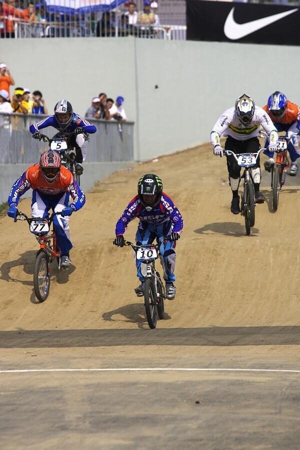 SP UCI BMX Supercross, 20.-21.8. 2007 Peking/Čína - finále mužů: vlevo druhý Robert de Wilde, s č. 10 Donny Robinson, č. 53 třetí Jared Graves