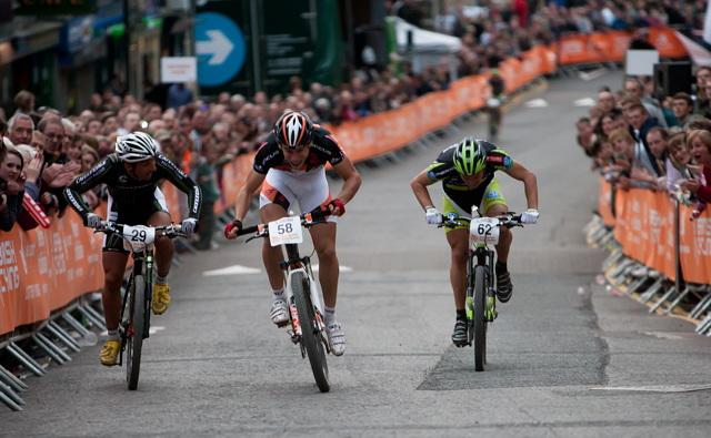 Thomas Litscher vítězí před Fumicem a Nafem