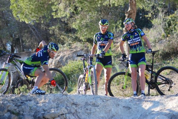 Merida Camp 2008, Mallorca - Jose protestuje, �e tohle nepojede. Pevn� se dr�� kola a ukazuje kam a� by spadnul jako k�men...