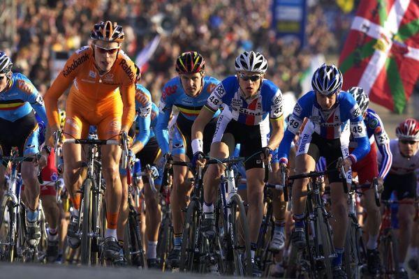 MS cyklokros 2008, Treviso - It�lie 27.1. - t�sn� po startu a p�ed n�jezdem do ter�nu