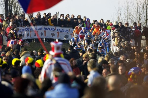 MS cyklokros 2008, Treviso - Itálie 27.1. - Vedoucí skupinka mezi davy diváků