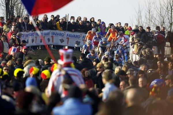 MS cyklokros 2008, Treviso - It�lie 27.1. - Vedouc� skupinka mezi davy div�k�
