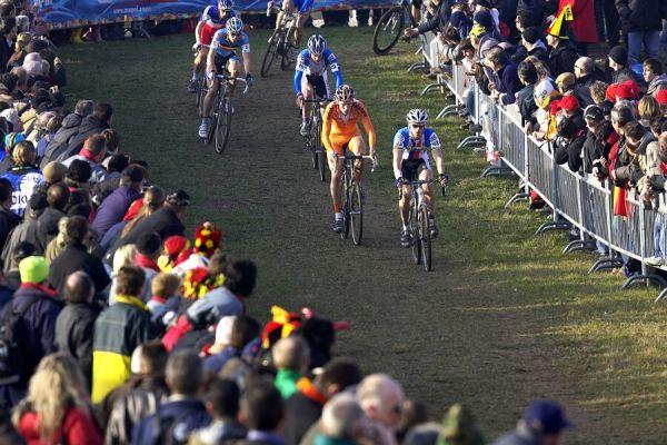 MS cyklokros 2008, Treviso - It�lie 27.1. - P�t� okruh, za malou chv�li Lars poprv� za�to��
