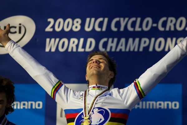 MS Cyklokros 2008, Treviso - Itálie 26.1. - radost Alberta Nielse, sbírka medailí je kompletní