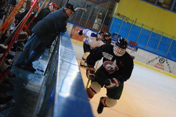 Hokejový turnaj ve Vimperku 9/12/07 - Ivan Rybařík proniká podél mantinelu