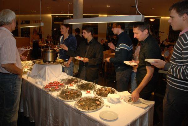 Finálový večer KPŽ - fronta na sladký doping