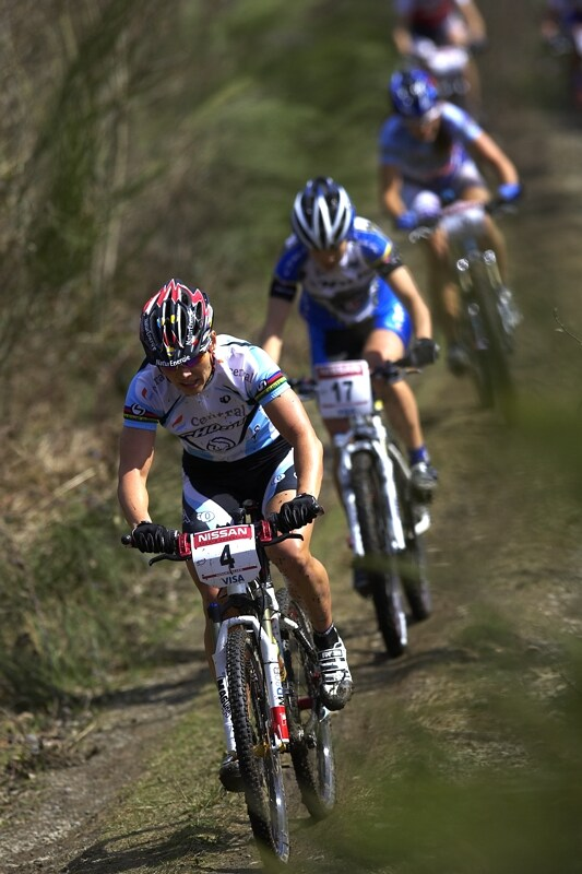 Nissan UCI MTB World Cup XC #1 - Houffalize 20.4.2008 - Sabine Spitz, Tereza jí zezadu sleduje