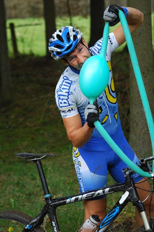 SP XC #1 2008 Houffalize - Christof Bischof bral i defekt v zaváděcím kole s úsměvem
