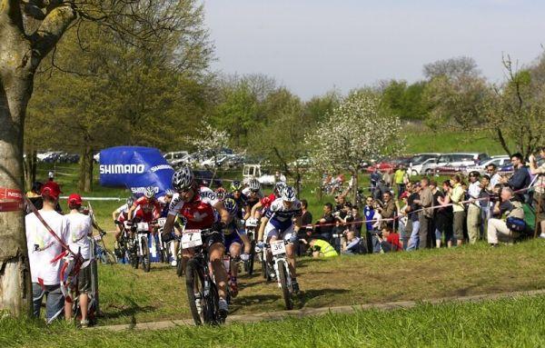 Nissan UCI MTB World Cup XC #2 - Offenburg 27.4.2008 - se sedmi�kou je v �ele z�vodu po prvn�m zav�d�c�m kole �v�carka Netalie Schneitter, juniorsk� mistryn� sv�ta 2004 nakonec skon�ila des�t�.