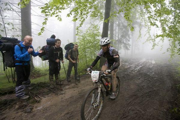 Beskidy MTB Trophy - Istebna, 1 etapa 22.5. 2008 - náhodní turisté fandí Karlu Hartlovi, foto: Pawel/Magazin Rowerowy
