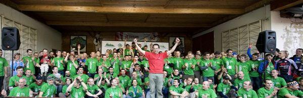 Beskidy MTB Trophy - Istebna, 4. etapa 25.5. 2008 - Grzegorz Golonko se závodníky, foto: Pawel/Magazin Rowerowy