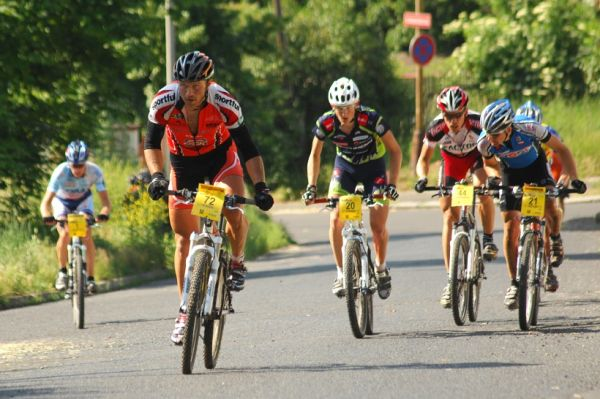 ČP XCM #3 2008 - Specialized Extrém Bike Most: vedoucí skupinka po deseti kilometrech