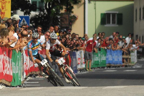 MS Maraton 2008 - Villabassa /ITA/ - Paulissen a Sauser se kácí k zemi 100m před cílem