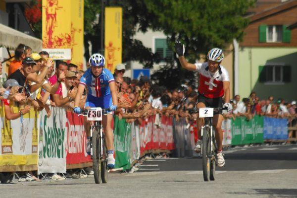 MS Maraton 2008 - Villabassa /ITA/ - Ralph Naef dojíždí s Karolínou Stolařovou