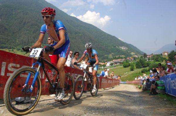 MS MTB Val di Sole '08 - XC Elite: Jarda Kulhavý tahá exkolegu Roela Paulissena