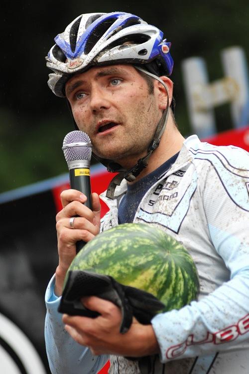 XI. BELL Šumavský maraton '08: Prošitý Jirka Vávra dostává meloun za výhru skryté prémie