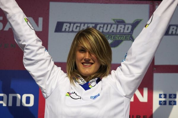 Nissan UCI MTB World Cup DH #4 - Mont St. Anne 26.7. 2008 - tato sli�n� d�ma je Francouzka Myriam Nicole - nejlep�� juniorka