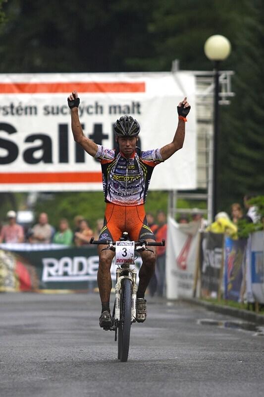 Mistrovství ČR XC - Velké Losiny 12.-13.7. 2008 - Filip Eberl přivezl týmovou štafetu do cíle jako vítěz