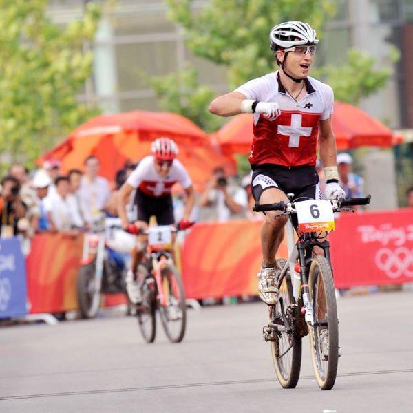 Olympijské hry 2008 - Peking - Schurter poráží o deset let staršího Sausera, foto: Rob Jones