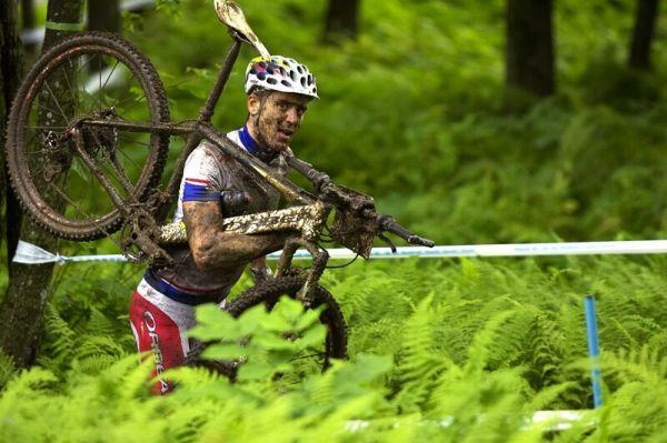 Nissan UCI MTB World Cup XC#7 - Bromont /KAN/ 3.8. 2008 - Julien Absalon běhal cyklokrosovým štýlem
