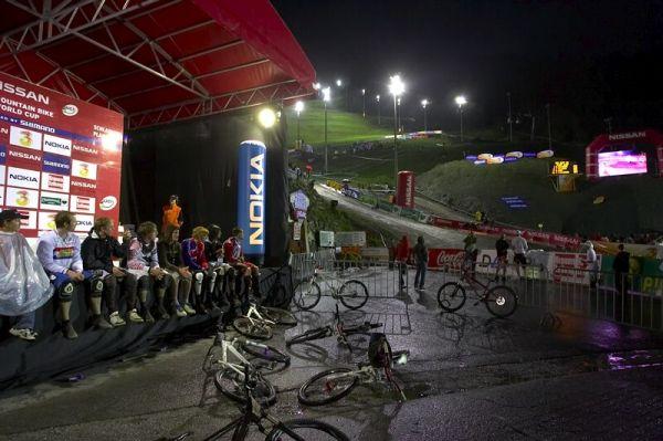 Nissan UCI MTB World Cup 4X #7 - Schladming, 12.9. 2008 - úkryt před deštěm poskytlo i pódium