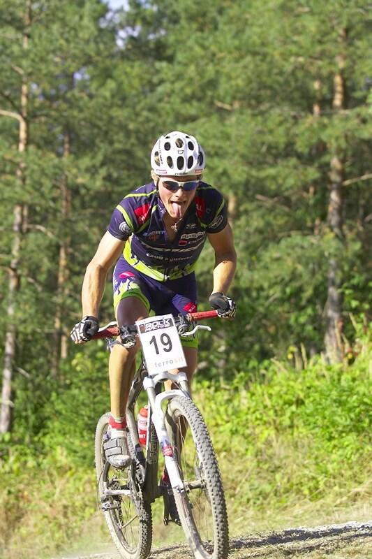 Rock Machine XC Cup #5 - Kuřim 6.9. 2008 - Jiří Friedl s jazykem na vestě