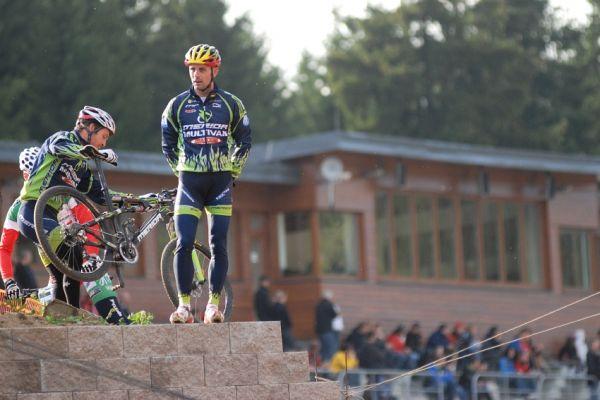 Merida Bike Vysočina '08 - sprint: Ralph Naef a Jose Hermida prohlížejí trať
