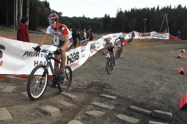 Merida Bike Vysočina '08 - sprint: Jirka Novák vede vláček skrz kamenitou sekci