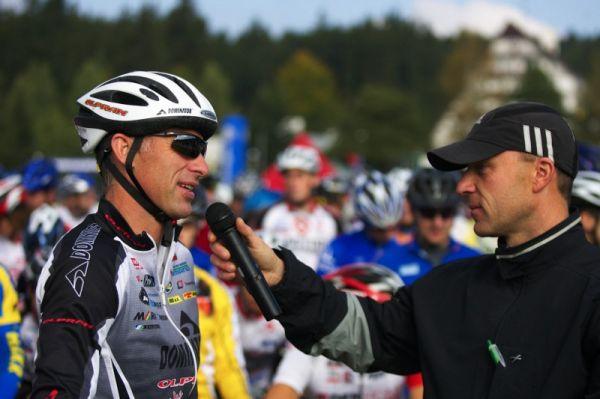 Merida Bike Vyso�ina - maraton 27.9. 2008 - D�minik Hasek p�i rozhovoru na startu 40km