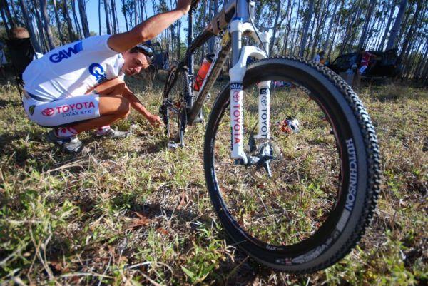 Crocodile Trophy 2008 - 4. etapa: Foja kontroluje bike před startem