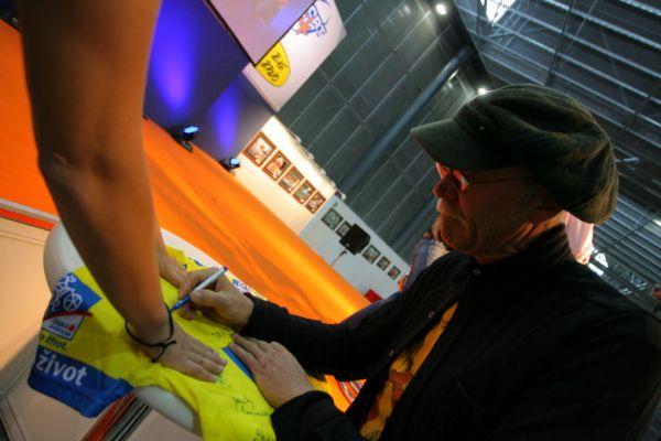 Sport Life, Brno 6.-9.11. 2008 - Gary Fisher se připojuje k podpisu na dres pro Jirku Píšu