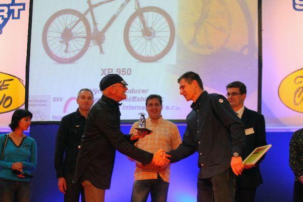 Sport Life 2008, předání cen Bike Brno Prestige, 6. 11. Brno - Petr Lavička (Superior) přebírá cenu od Garycho Fishera