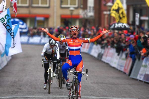 Mistrovství světa Cyklokros, Hoogerheide/NIZ - 1.2. 2009 - Marianne Vos vítězí - všimněte si gesta Hanky Kupfernagel