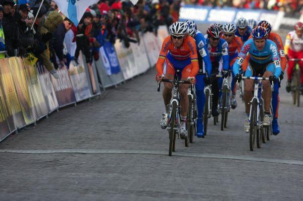 Mistrovství světa Cyklokros, Hoogerheide/NIZ - 1.2. 2009 - bez čísla na rukávech jedoucí Lars Boom, napravo Erwin Vervecken. S č. 17 je schován Petr Dlask a za ním Kamil Ausbuher